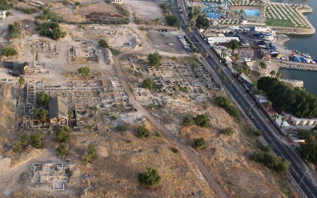 Le site de fouilles où a été découverte une mosquée du 7è siècle dans la ville de Tibériade. (Crédit : Université hébraïque)