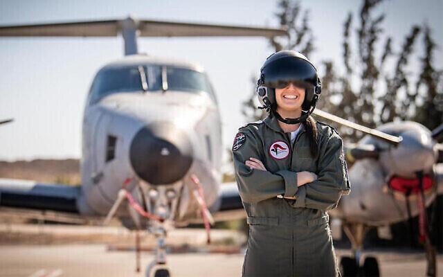 Une jeune femme de 21 ans, dont le nom n'a pas été dévoilé par la censure israélienne, est la première femme américaine pilote de l'armée de l'air d'Israël. (Tsahal)