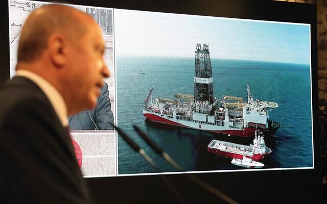 Le président turc Recep Tayyip Erdogan avec en toile de fond l'image du navire de forage turc Fatih, à Istanbul, le 21 août 2020. (Présidence turque via AP, Pool)