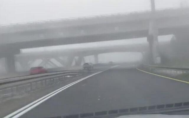 Brouillard dans le centre d'Israël, le 3 janvier 2020. (Capture d'écran/YouTube)