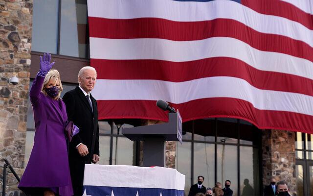 """Le président-élu Joe Biden aux côtés de son épouse Jill Biden après avoir pris la parole au centre de réserve/garde nationale Major Joseph R. """"Beau"""" Biden III à New Castle, dans le Delaware, le 21 janvier 2021. (Crédit : AP Photo/Evan Vucci)"""