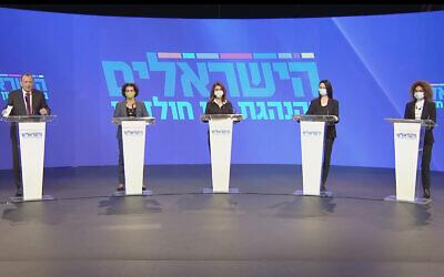 Le maire de Tel Aviv  Ron Huldai, à gauche, présente quatre femmes figurant sur la liste de son nouveau parti, Halsraelim. (Capture d'écran : Facebook)