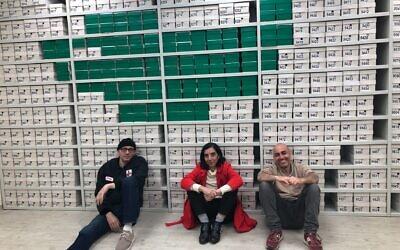 Le musicien Asaf Roth, à gauche, la directrice artistique Anat Safran, au milieu, et le réalisateur Zvi Sahar du projet de l'Ensemble Itim Gnazim Itim Ensemble qui a été réalisé à la bibliothèque publique Beit Ariela de Tel Aviv et dont la première a eu lieu le 28 décembre 2020. (Crédit : Jessica Steinberg/Times of Israel)