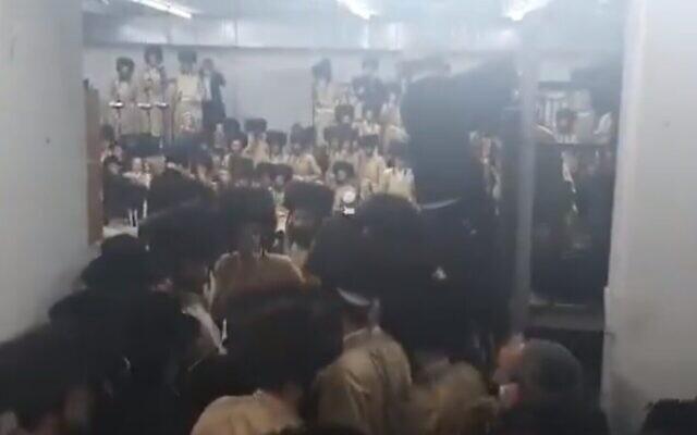 Des centaines d'ultra-orthodoxes appartenant à la dynastie hassidique Toldos Aharon lors d'un mariage à Beitar Illit, violant les règles contre le coronavirus, le 5 janvier 2021. (Capture d'écran : Twitter)