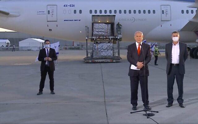 Le ministre de la Santé Yuli Edelstein (à droite) et le Premier ministre Benjamin Netanyahu à l'aéroport Ben Gurion alors qu'un nouveau lot de vaccins Pfizer arrive, le 10 janvier 2021. (Capture d'écran : Facebook)