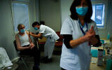 Une infirmière administre un vaccin Pfizer-BioNTech COVID-19 à un personnel de santé à Liège, en Belgique, le 27 janvier 2021. (AP Photo / Francisco Seco)