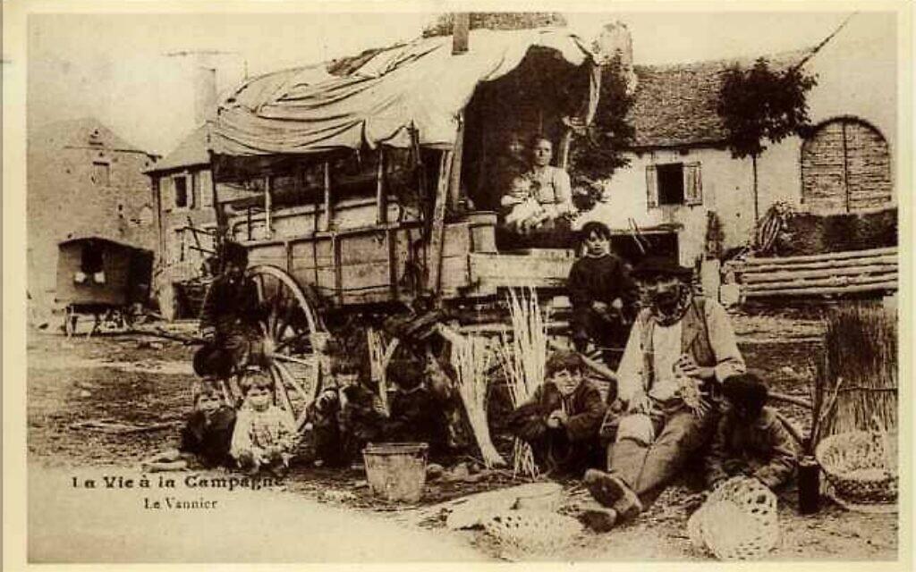 Des vanniers yéniches, un de leur métier traditionnel (Crédit : FB/Peuple Yeniche)