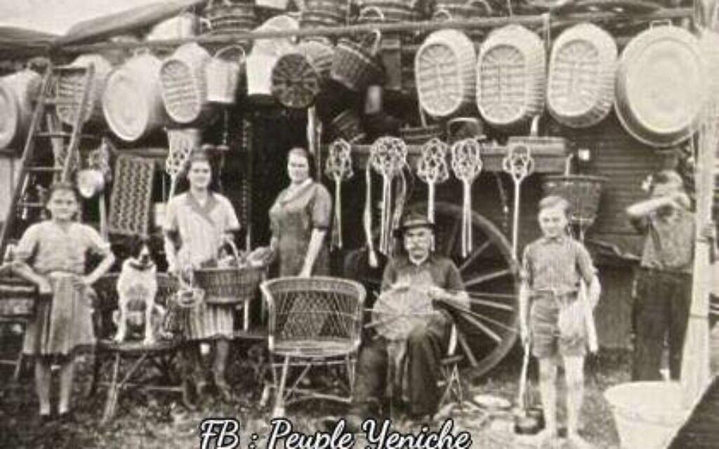 Un des métiers traditionnels des Yéniches, le remoulage. (Crédit : FB/Peuple Yeniche)