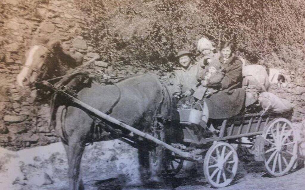 Famille de Yéniches suisses, M. Waser et son épouse (née Moser) avec leurs deux enfants. Les Yeniches possédaient souvent une charrue tirée par un cheval pour les plus riches, et par un chien pour les plus pauvres, où ils avaient toutes leur vie, ainsi que leur tente qui servait de lieu d'habitation (Crédit : FB/Peuple Yeniche)
