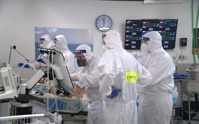 Les personnels de l'unité de coronavirus au campus de l'hôpital de Rambam à Haïfa. (Autorisation : Rambam Health Care Campus)