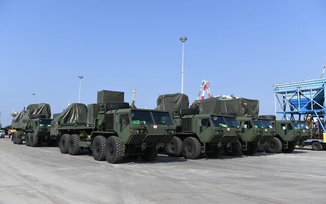 Une batterie de défense antimissile Dôme de Fer chargée sur un navire pour être livrée aux États-Unis, en janvier 2021. (Crédit : Ministère de la Défense)