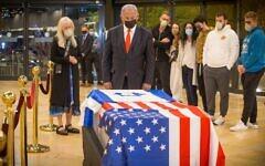 Le Premier ministre Benjamin Netanyahu rend hommage au regretté milliardaire juif américain Sheldon Adelson après l'arrivée de son cercueil à l'aéroport Ben Gurion, le 14 janvier 2021. (Crédit : Ami Shooman/Israël Hayom)