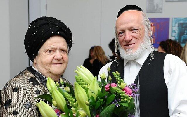 Yehuda Meshi-Zahav avec sa mère Sarah sur une photo non datée. (Autorisation de Mendy Hachtman)