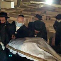 Yehuda Meshi-Zahav (au centre) lors des funérailles de sa mère Sarah, à Jérusalem, le 18 octobre 2021. (Autorisation de Yehuda Meshi-Zahav)