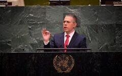 L'ambassadeur israélien Gilad Erdan à la tribune des Nations unies à New York. (Crédit : Shahar Azran/Mission israélienne à l'ONU)