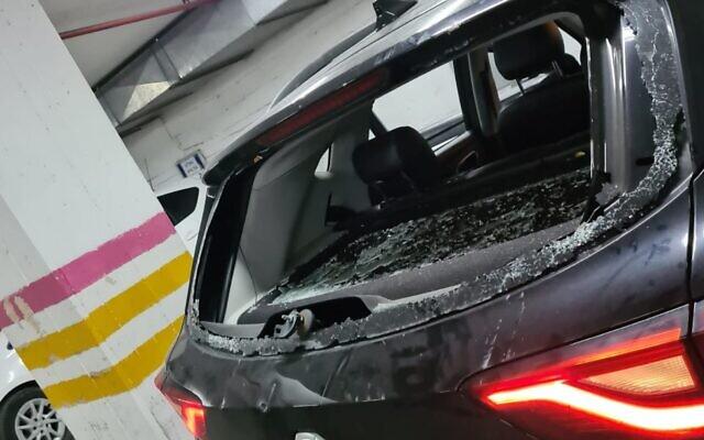 Une voiture de police après une attaque de manifestants ultra-orthodoxes dans la ville de Bnei Brak, le 21 janvier 2021. (Crédit : Police israélienne)