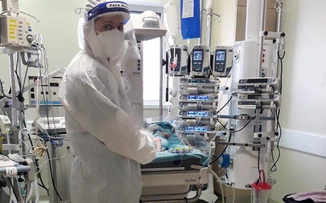 Un médecin dans un service spécialisé dans le traitement du coronavirus au centre médical Hadassah à Jérusalem. (Autorisation du centre médical Hadassah)