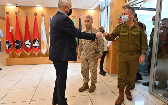 (De gauche à droite) Le ministre de la Défense Benny Gantz, le commandant du Commandement central des États-Unis, le général Kenneth F. McKenzie Jr. et le chef d'état-major général de l'armée israélienne, le lieutenant général Aviv Kohavi, à Tel Aviv, le 29 janvier 2021. (Ariel Hermoni/Ministère de la Défense)