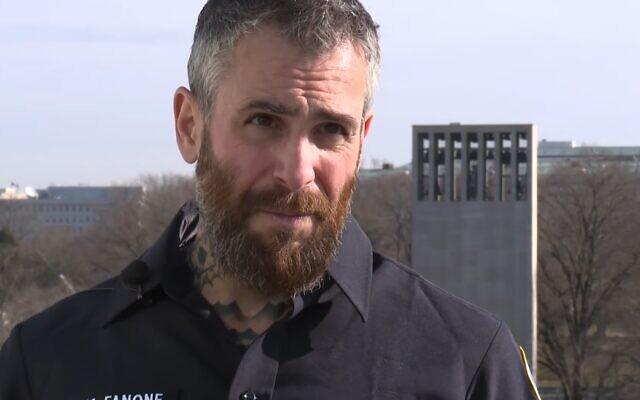 L'agent de police Mike Fanone parle à la presse, le 15 janvier 2021. (Capture d'écran)