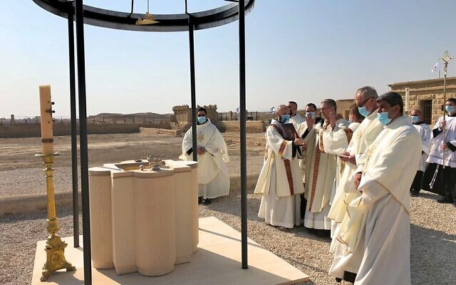 Les fonts baptismaux à la chapelle Saint Jean-le-Baptiste vers les rives du Jourdain, le 10 janvier 2021. (Crédit : Amanda Borschel-Dan/Times of Israel)