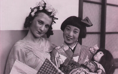 Beate Sirota Gordon à l'American Japanese Festival en 1938. (Beate Sirota Photo Gallery / via JTA)