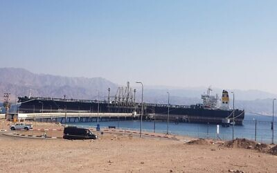 Le Faithful Warrior, un pétrolier, au terminal de l'EAPC à Eilat, dans le sud d'Israël, le 7 janvier. (Crédit : Mori Hen, de l'ONG Desert and Sea Environment, Eilat)