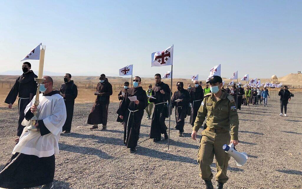 Les prêtres marchent depuis la chapelle Saint Jean-le-Baptiste vers les rives du Jourdain, le 10 janvier 2021. (Crédit : Amanda Borschel-Dan/Times of Israel)