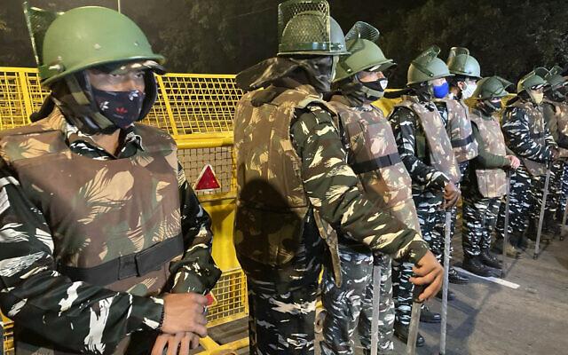 Des policiers montent la garde près de l'ambassade d'Israël après une explosion dans la ville de New Delhi, en Inde, le vendredi 29 janvier 2021. (Crédit : AP Photo / Rishi Lekhi)