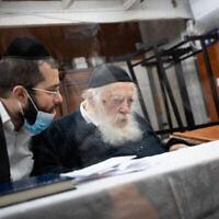Le rabbin Chaim Kanievsky et son petit-fils Yaakov Kanievsky au domicile du sage dans la ville ultra-orthodoxe de Bnei Brak, le 22 septembre 2020. (Crédit : Aharon Krohn / Flash90)