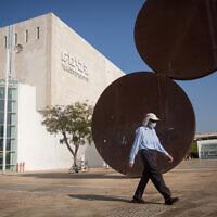 Un Israélien masqué devant le théâtre Habima de Tel Aviv, le 20 octobre 2020. (Crédit :  Miriam Alster/ FLASH90