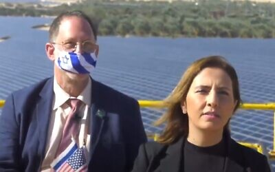 La ministre de la Protection environnementale Gila Gamliel, à gauche, et l'entrepreneur en énergie solaire Yosef Abromovitz dans une vidéo saluant la nouvelle administration américaine Biden-Harris, le 21 janvier 2020. (Capture d'écran)