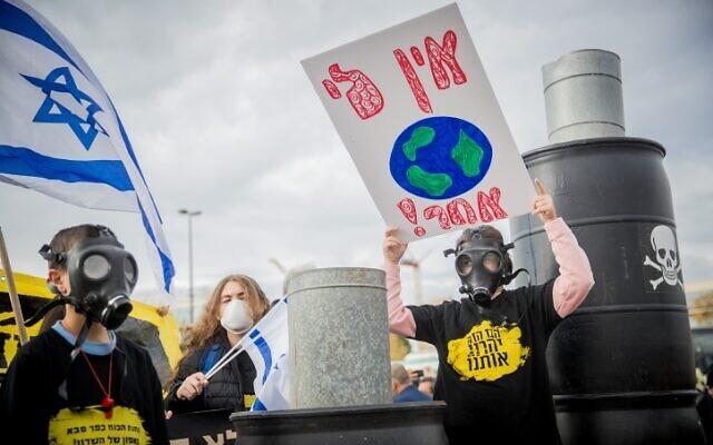 Des Israéliens manifestent aux abords de la Cour suprême de Jérusalem contre la construction d'une centrale électrique privée aux environs de Hasharon, dans le centre d'Israël, le 15 octobre 2019. (Crédit : Yonatan Sindel/Flash90)