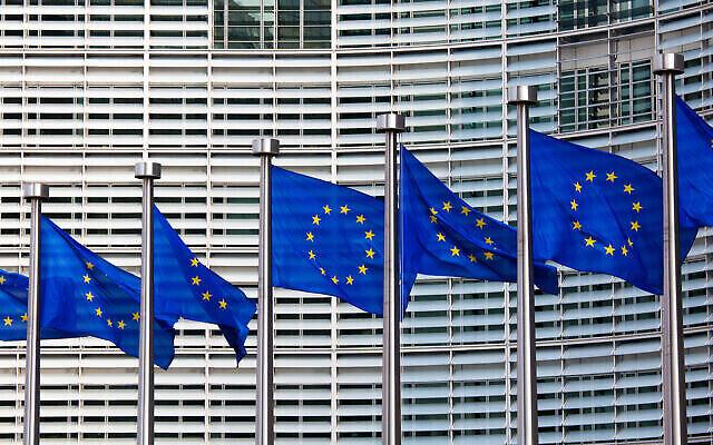Des drapeaux européens devant le bâtiment Berlaymont, siège de la Commission européenne à Bruxelles. (Crédit : Jorisvo, iStock par Getty Images)