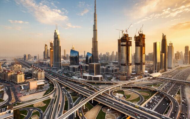 Dubaï, aux Emirats arabes unis, au crépuscule. (Crédit : Britus/ iStock by Getty Images)