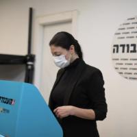 La députée Travailliste Merav Michaeli vote lors des Primaires du parti, le 24 janvier 2020. (Autorisation)