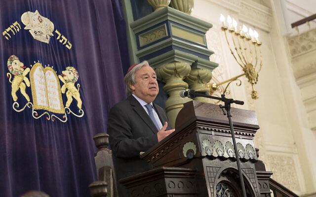 Le Secrétaire général de l'ONU, António Guterres, prend la parole lors d'un rassemblement interconfessionnel à la Park East Synagogue de New York, le 31 octobre 2018. (Crédit : ONU/Rick Bajornas)