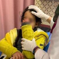 Hala Mashhour Qat, une petite palestinienne de 11 ans, à l'hôpital après des jets de pierre présumés de la part d'habitants ultranationalistes d'implantation,. (Crédit : Madama Resident/ Yesh Din)