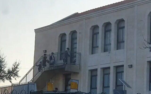 Capture d'écran d'une vidéo montrant apparemment des étudiants entrant dans une yeshiva à Beitar Illit malgré le confinement imposé par le gouvernement. (Douzièm chaîne)