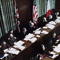 Les juges délibèrent lors des procès des criminels de guerre nazis à Nuremberg, en Allemagne, le 1er janvier 1945. (The US Holocaust Memorial Museum via JTA)