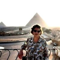 L'ambassadrice Amira Oron devant la grande pyramide de Gizeh, Egypte, photo non datée. (Autorisation Amira Oron)
