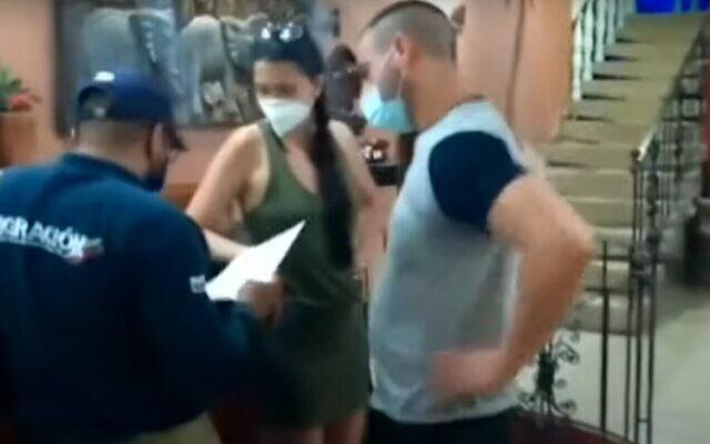 Le baron de la drogue présumé Sami Brami (R) placé en détention en Colombie avant son extradition en Israël, le 27 janvier 2020. (Capture d'écran/YouTube)