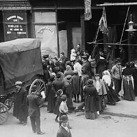 "Une foule se rassemble devant une boucherie casher lors d'une émeute pour la viande dans le Lower East Side de New York, tirée de ""The Great Kosher Meat Wars of 1902"". (non daté). (Library of Congress Prints and Photographs Division)"