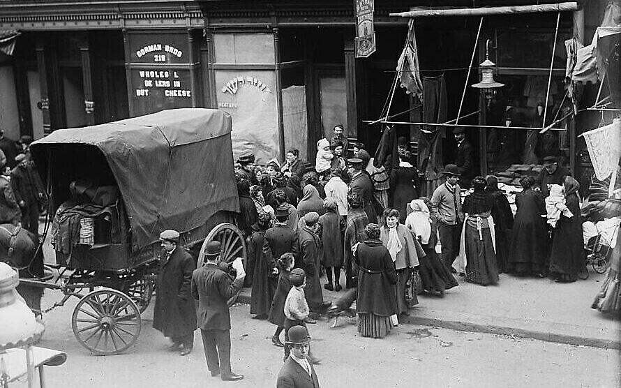 """Une foule se rassemble devant une boucherie casher lors d'une émeute pour la viande dans le Lower East Side de New York, tirée de """"The Great Kosher Meat Wars of 1902"""". (non daté). (Library of Congress Prints and Photographs Division)"""