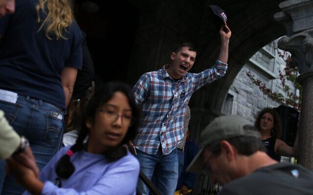 Louis Shenker proteste devant une mairie tenue par la sénatrice américaine Elizabeth Warren en 2018. (Crédit: Michael Swensen/The Boston Globe via Getty Images/JTA)