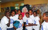 Marion Wiesel et des enfants des centres Beit Tzipora. (Crédit : Fondation Elie Wieselpour l'Humanité)