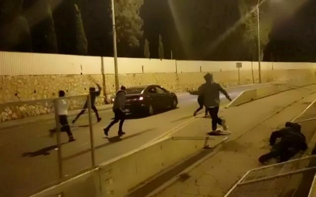 Des manifestants attaquent une voiture arabe à Jérusalem lors d'une manifestation dans la nuit du 1er janvier 2021. (Capture d'écran : Twitter)