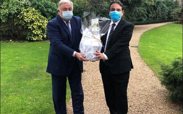 Joël Mergui offre un olivier, qui sera planté dans le jardin du Sénat, à Gérard Larcher, le 27 janvier 2021. (Crédit : Consistoire central)