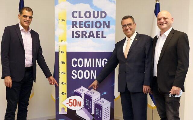 Alon Ben Zur, PDG de Bynet Data Communications, de gauche à droite, Moshe Leon, maire de Jérusalem, et Uzi Navon, chef d'Oracle Israël (Crédit : Ezra Levy)