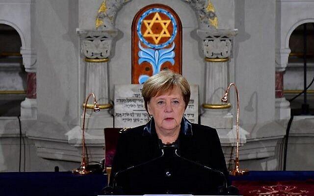 La Chancelière allemande Angela Merkel s'exprime lors d'une cérémonie à la Synagogue Rykestrasse de Berlin le 9 novembre 2018 pour commémorer le 80e anniversaire du pogrom nazi de la Nuit de Cristal. (Tobias Schwarz/AFP)