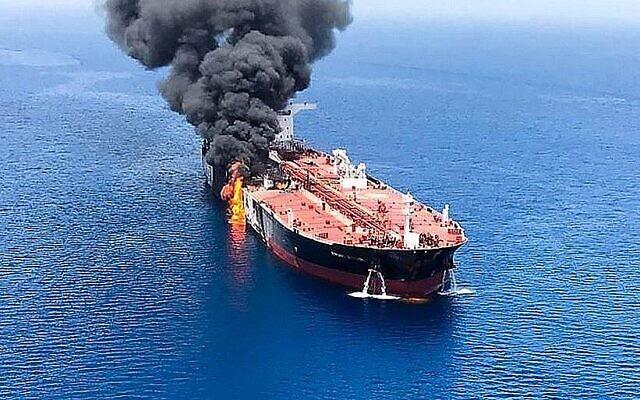 Illustration : Du feu et de la fumée s'échappent d'un pétrolier qui aurait été attaqué dans les eaux du golfe d'Oman, près du détroit d'Ormuz, le 13 juin 2019. (ISNA / AFP)